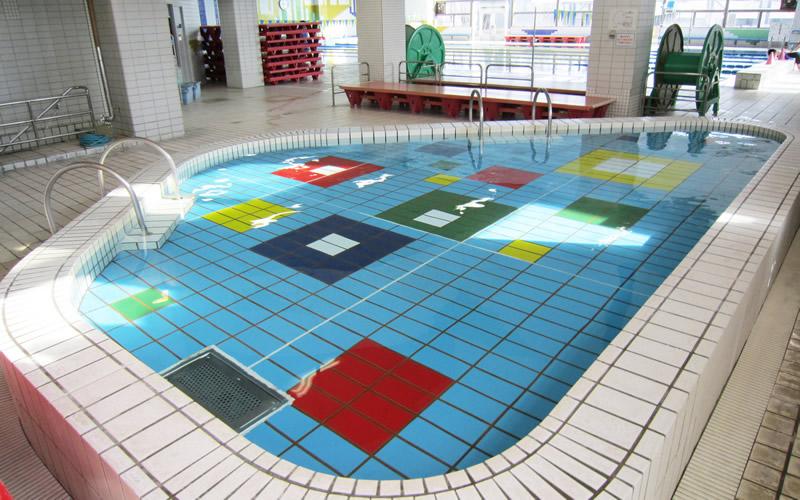市民プールなどにある子ども用プールにボーっと浮いた時