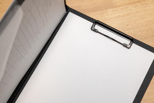 クリップボード(縦型)にコピー用紙を挟んで使う